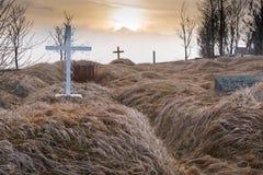 Gräber im KÃ-¡ lfafellsstadur Kirchenfriedhof in Island bei Sonnenuntergang stockfotos