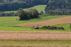 Gräber mit Hütte und Erde auf einer ländlichen Landschaft des Maisfeldes Lizenzfreie Stockfotos