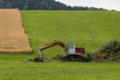 Gräber mit Hütte und Erde auf einer ländlichen Landschaft des Maisfeldes Lizenzfreies Stockbild