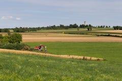 Gräber mit Hütte und Erde auf einer ländlichen Landschaft des Maisfeldes Stockfoto
