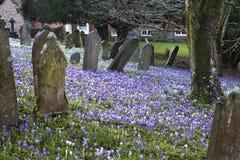 Gräber und Kreuze und Steine am alten gotischen Kirchhof in England Lizenzfreies Stockbild