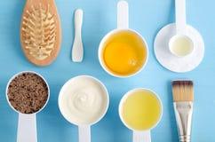Gräddfil- eller grekyoghurt, rått ägg, jordkaffe med farin och olivolja i små skopor Ingredienser för att förbereda D arkivbild