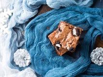 Gräddostnissen med kakor på blått royaltyfri fotografi