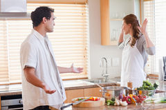 gräla kök för par Royaltyfri Foto