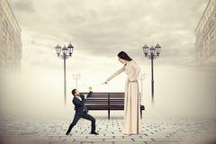 Gräla mellan mannen och den ilskna kvinnan royaltyfri foto