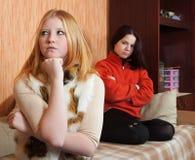 gräla unga kvinnor arkivbild