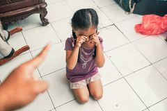 Grälad på unge, medan gråta Royaltyfria Bilder
