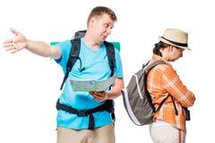Grälade turister med ryggsäckar kan inte finna en väg Arkivbilder