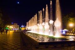 Gränd av härliga höga springbrunnar royaltyfria bilder