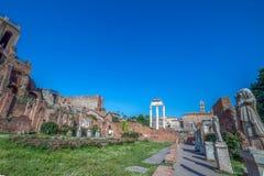 Gränd av vestalsna med statyer i Roman Forum, Rome, Ital royaltyfria bilder