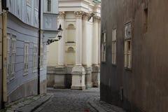 Gränd för nÃcka för  för ZÃ-¡ moÄ nära Franciscankyrka i stadsmitt av Bratislava Royaltyfri Fotografi