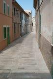 Gränd i Alcúdia på den Mallorca ön Royaltyfria Bilder