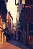 Gränd i bolognaen Cityscapen Royaltyfri Fotografi