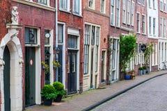 Gränd i den gamla staden av Leiden, Nederländerna Arkivbilder
