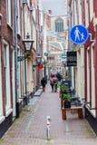 Gränd i den gamla staden av Leiden, Nederländerna Arkivbild