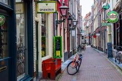 Gränd i den gamla staden av Leiden, Nederländerna Arkivfoto