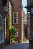 Gränd i den historiska gamla staden av Nijmegen, Nederländerna Royaltyfria Foton
