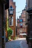 Gränd i den historiska gamla staden av Nijmegen, Nederländerna Royaltyfri Bild