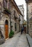 Gränd i den sanmarinska gamla staden fotografering för bildbyråer
