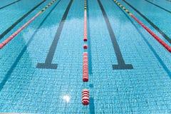 gränd i klar simbassäng Arkivbilder