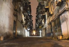 Gränd i natten i Kuala Lumpur fattig förort Royaltyfri Fotografi