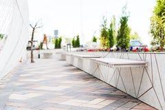 Gränd med bänkar i en modern stad Royaltyfri Foto