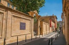 Gränd med byggnader och port i Aix-en-provence Arkivbild