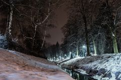 Gränd och flod för natt snöig Royaltyfria Foton