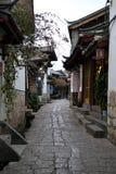 Gränd och gator i gammal stad av Lijiang, Yunnan, Kina med traditionell kinesisk arkitektur arkivfoto