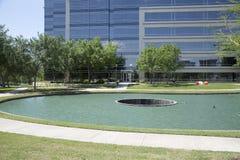 Gränd runt om sjön i Hall Park Frisco TX Arkivfoto