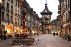 Gränd till clocktoweren på den gamla delen av Bern Royaltyfria Foton