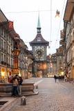 Gränd till clocktoweren på den gamla delen av Bern Royaltyfri Foto