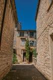 Grändsikt med det stenväggar, huset och växter i Helgon-Paul-de-Vence Royaltyfria Bilder