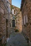 Grändsikt med det stenväggar, huset och växter i Helgon-Paul-de-Vence Royaltyfri Bild