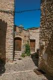 Grändsikt med det stenväggar, huset och växter i Helgon-Paul-de-Vence Royaltyfri Fotografi