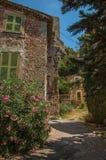 Grändsikt med huset och blommor i Châteaudouble Fotografering för Bildbyråer