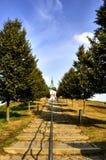 Grändtrappa som kyrktar på kullen Arkivbild