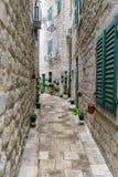 Grändväg i den gamla staden av Kotor Montenegro Royaltyfri Bild