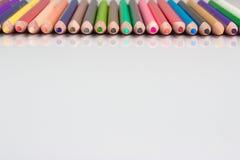 Gräns av färgrika blyertspennafärgpennor Arkivfoton