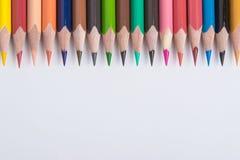 Gräns av färgrika blyertspennafärgpennor Arkivfoto