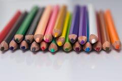 Gräns av färgrika blyertspennafärgpennor Fotografering för Bildbyråer