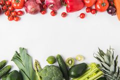 Gräns av gröna och röda grönsaker och frukter som isoleras på vit bakgrund royaltyfri fotografi