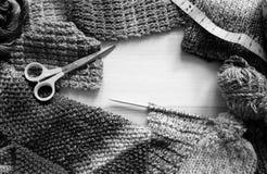 Gräns av handarbete, ull, hantverksax och måttbandet arkivfoto