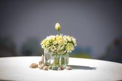 Gräns för ordning för blommaskalsoffa utomhus- - gul gräsplan Arkivfoton