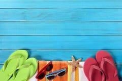 Gräns för sommarstrandbakgrund, solglasögon, flipmisslyckanden, kopieringsutrymme royaltyfri fotografi