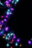 Gräns för stjärnor för julljus på svart bakgrund Arkivfoto