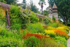 Gräns i trädgårdar på det Cliveden huset, Berkshire, England Royaltyfri Foto