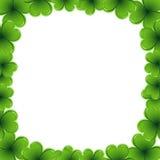 gräns som göras av treklövern - inbjudan för St Patrick dagkort - 17 marsch Royaltyfria Foton