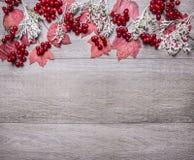 Gränsa med röda lönnlöv, viburnumbär, och höstlandskap på grått trälantligt slut för bästa sikt för bakgrund med text är upp Arkivfoto