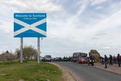 Gränsa mellan England och Skottland på Carter Bar med skylten arkivbild
